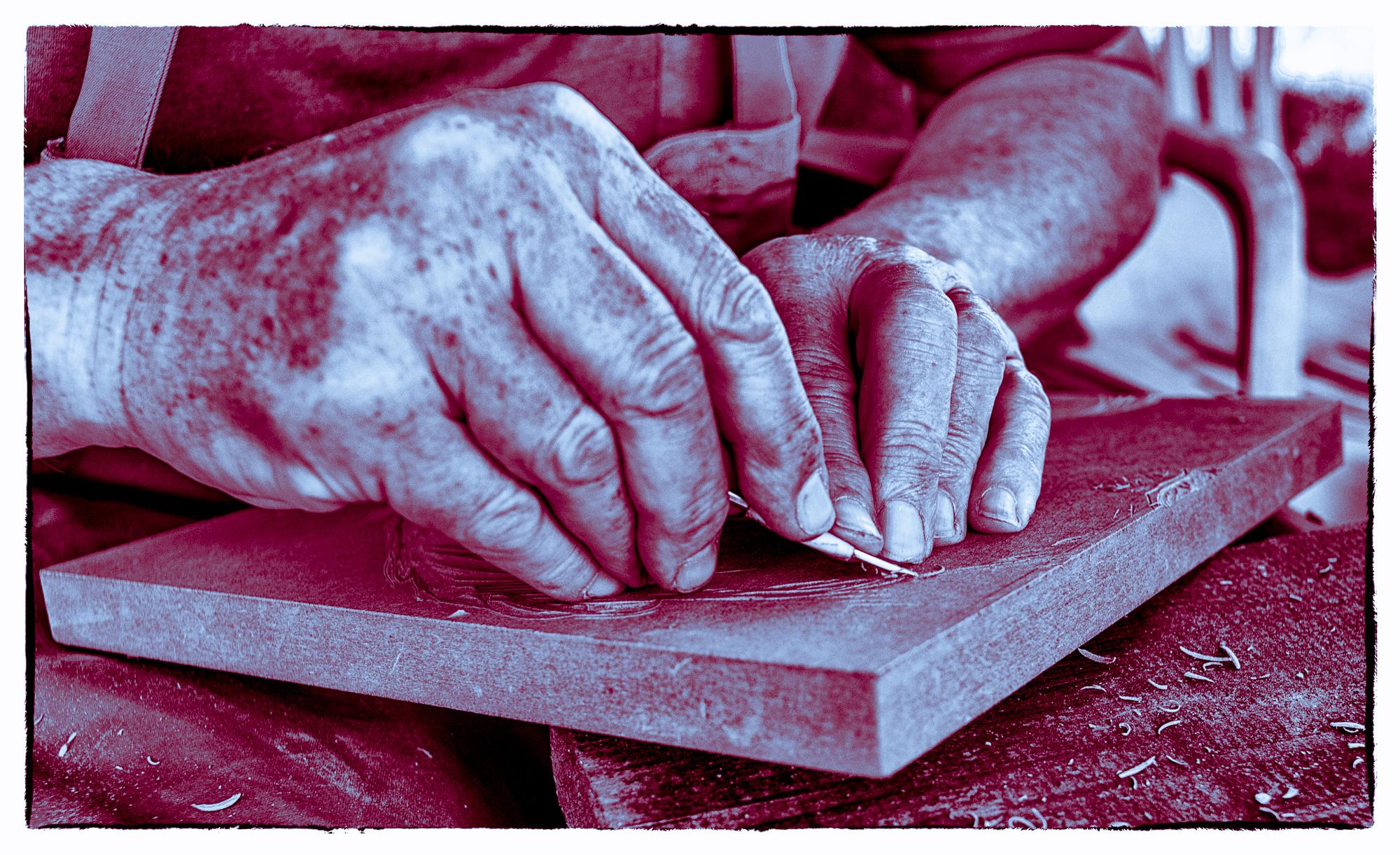 Arturs Hände beim Hozschnitt